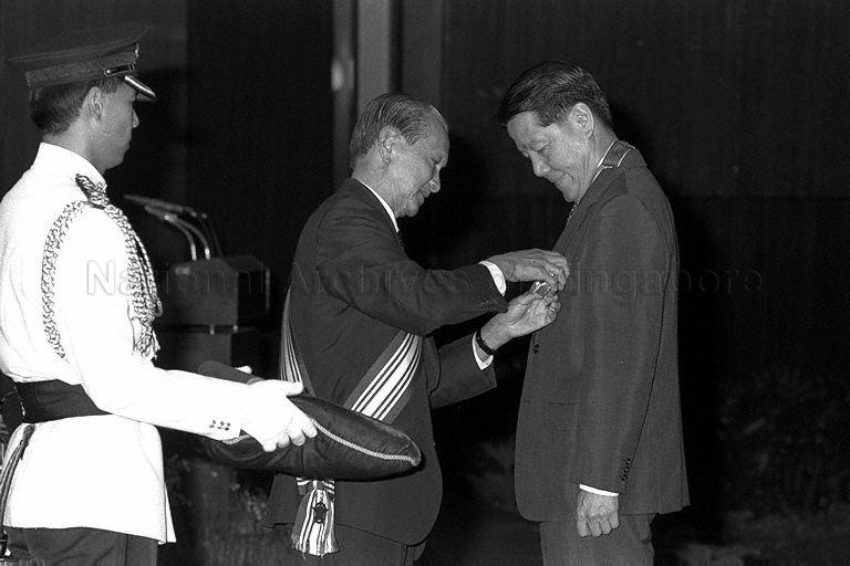 Former minister Jek Yeun Thong receiving the Order of Nila Utama (Second Class) from President Wee Kim Wee at the investiture ceremony of higher National Day Awards held at Singapore Conference Hall