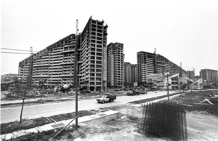 Construction of public housing flats in Potong Pasir estate in the mid to late 1980s. The sloping roofs of these blocks of flats became the recognisable icon of Potong Pasir.