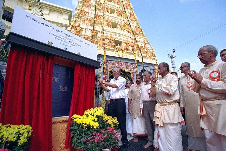 Prime Minister Goh Chok Tong unveiling plaque to commemorate the marking of Sri Senpaga Vinayagar Temple as a Historic Site during