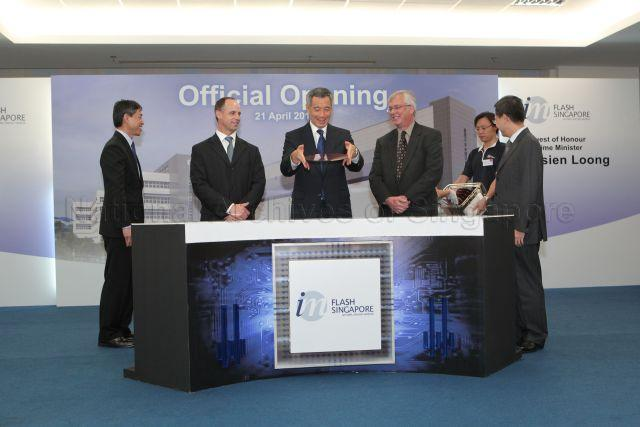 Prime Minister Lee Hsien Loong holding a NAND flash memory …